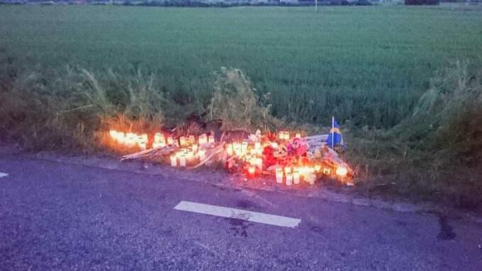 Vid 22-tiden på lördagskvällen tände vänner till de avlidna ljus och la ner blommor på olycksplatsen på väg 13 mellan Ängelholm och Munka Ljungby. Foto: JAN EMANUELSSON / TOPNEWS.SE