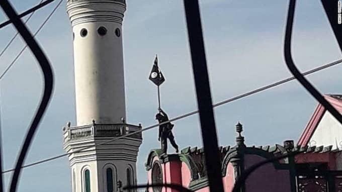 Här hissas den svarta IS-flaggan i Marawi på Filippinernas näst största ö Mindanao.