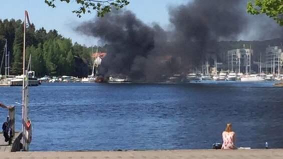 En fritidsbåt står i lågor i en hamn i Strömstad. Foto: LÄSARBILD