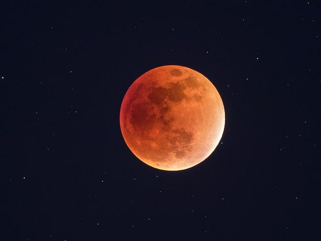"""I äldre tider hade alla årets fullmånar sina egna namn i folkmun. Exempelvis """"vargmåne"""", """"frostmåne"""", """"kråkmåne"""" och """"jaktmåne""""."""