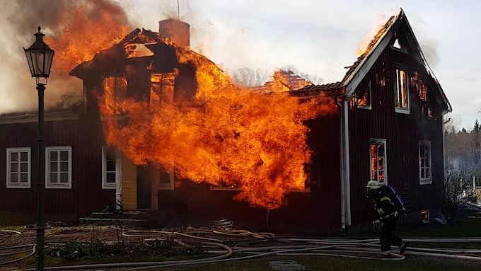 Branden var fullt utvecklad när räddningstjänstn anlände till platsen. Foto: Göran Johansson/Sydostnyheter