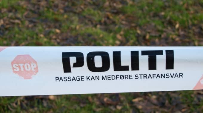 Efter förhandlingarna i tingsrätten gav hon gråtande sin pojkvän flera kyssar och kramar innan han kördes i väg till arresten igen, skriver Ekstrabladet.