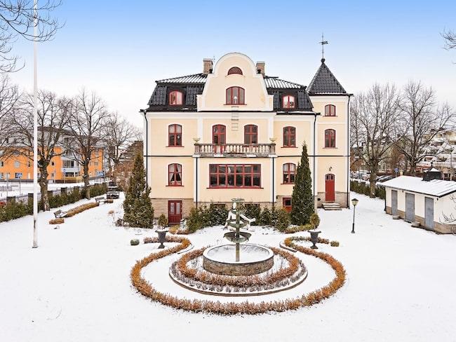 Ursprungsbyggnaden uppfördes på 1880-talet av Johan Olsson som döpte den till Villa Svea efter sin yngsta dotter. Burénska trädgården är välkänd och på 1941 kvadratmeter.