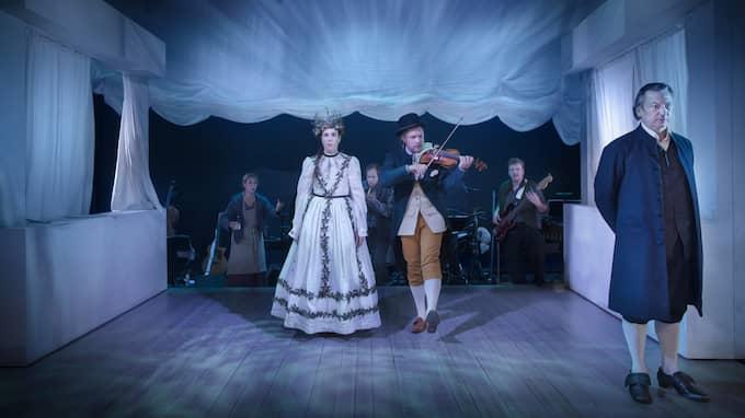 """Ofrivilligt bröllop. Ensemblen i """"Bläck eller blod"""". Foto: MARKUS GÅRDER"""