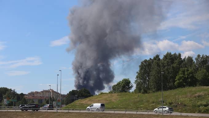 Tjock, svart rök bolmar stiger från elden. Foto: Janne Åkesson