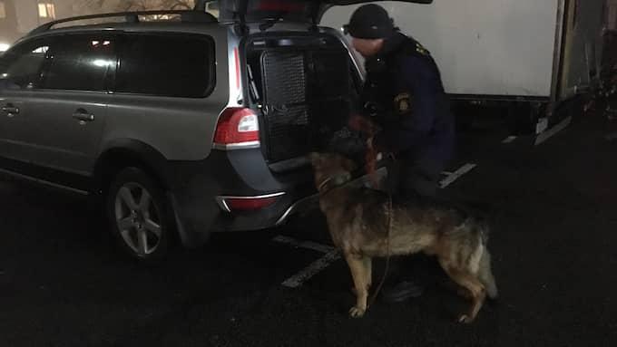 Polisen sökte av området med hund. Foto: Christer El-Mochantaf