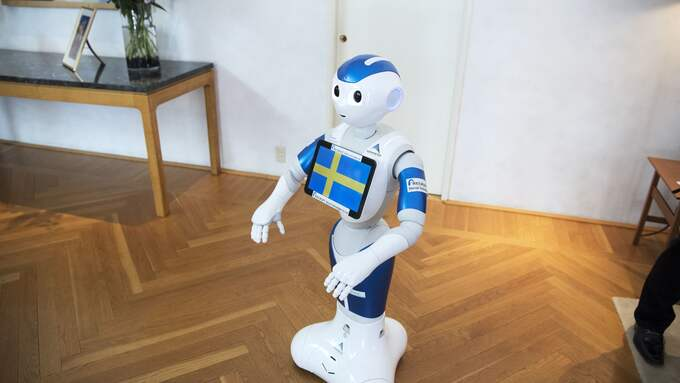 Den japanska roboten Pepper är söt, men låt oss behålla vår mänsklighet. Det gör vi genom att umgås med människor, inte med mobiler. Foto: SVEN LINDWALL