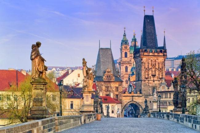 Känd bro. Karl XII misslyckades med att ta sig över Karlsbron i Prag. Studenterna blockerade och släppte inte över en levande själ.