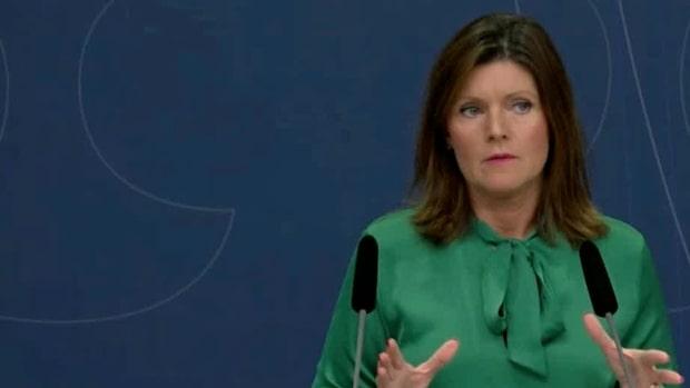 Vänsterpartiets ledare Jonas Sjöstedt hotar idag med att väcka misstroende mot arbetsmarknads-minister Eva Nordmark.