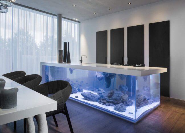 Här är köksön som även är ett akvarium.