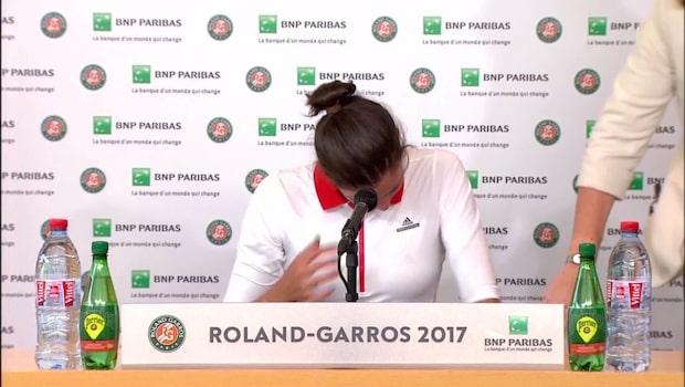 Här bryter världsstjärnan ihop på presskonferensen