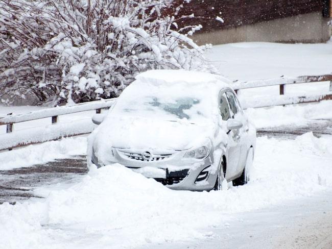 Över 40 procent av svenskarna har åkt med sommardäck på vintern, 30 procent har varit med om trafikolyckor vintertid, visar Däckbarometern från Goodyear.
