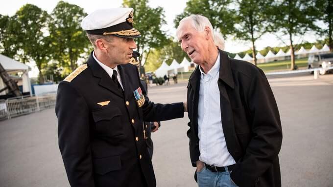 Överbefälhavare Micael Bydén såg till att ha ett personligt möte med FN-veteranen Sture Nilsson som missade större delen av 50-årsjubileet på grund av ett tio timmar försenat tåg. Foto: JIMMY CROONA/FÖRSVARSMAKTEN