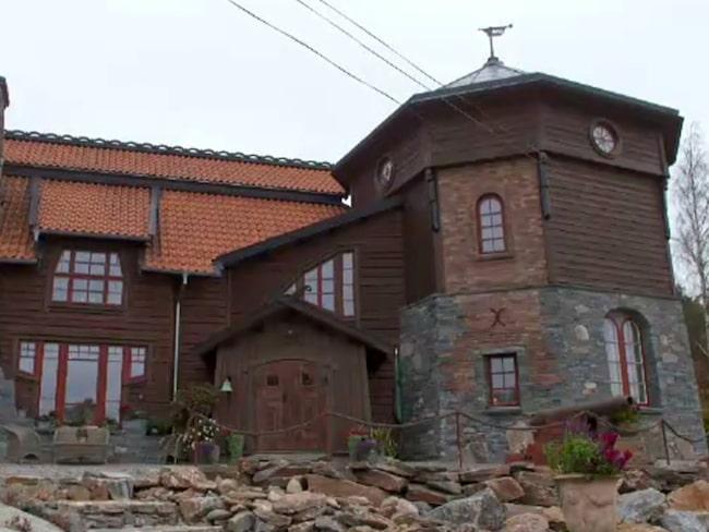 Fyra år tog det för Anne-Marie och Jan Erik att bygga sin medeltida borg där de i dag bor.