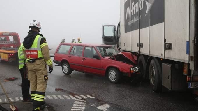 En bil och en lastbil krockade i dimman på fredagsförmiddagen. Foto: Peo Möller/Top news