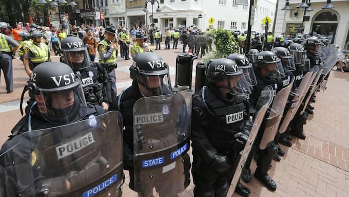 Polis har skärmat av området där en bil kört in i folkmassan. Foto: STEVE HELBER / AP TT NYHETSBYRÅN
