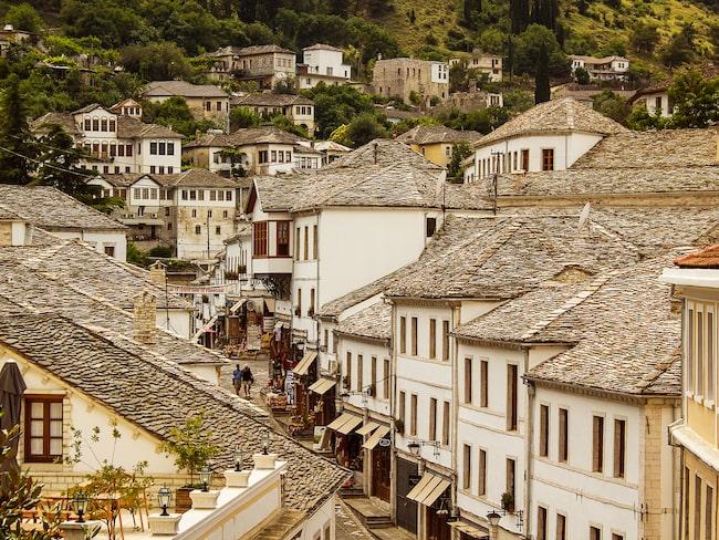 Unesco-staden Gijokastra glimmar när det regnar.