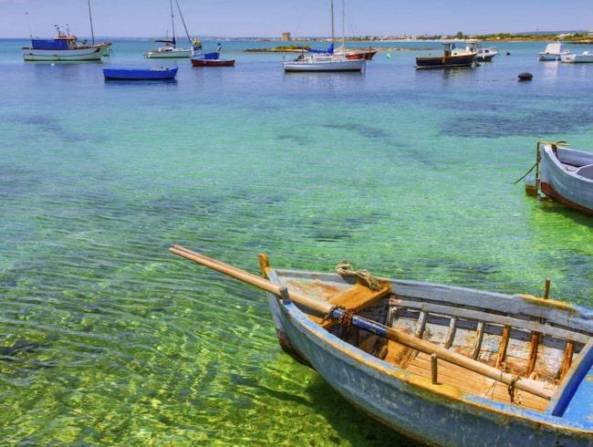 Hisnande klart är havet på Salentohalvön på Italiens klack. Här är Porto Cesareo på denn Adriatiska sidan.