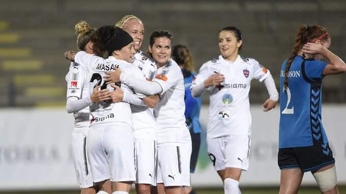 Rosengårds Anja Mittag kramas om efter sitt 1-0-mål. Foto: BJÖRN LINDGREN/TT / TT NYHETSBYRÅN