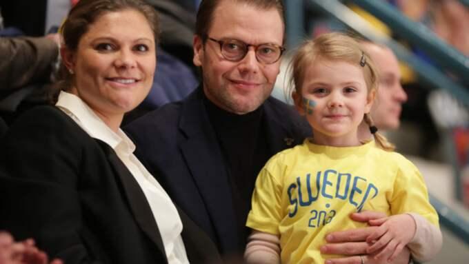 Estelle tillsammans med mamma Victoria och pappa Daniel. Foto: Sören Andersson/TT