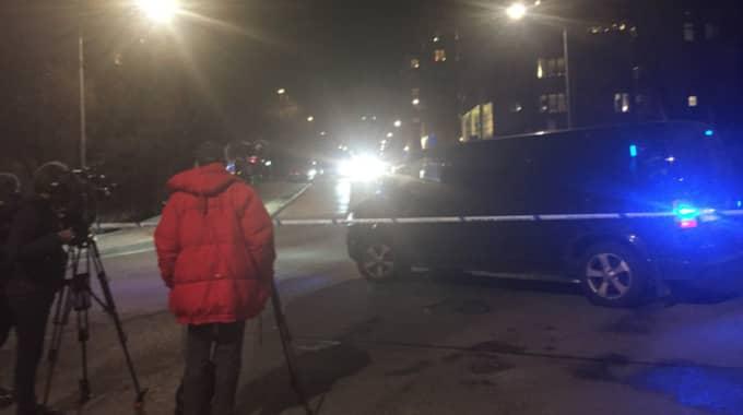 Flera polisbilar kom snabbt till platsen. Händelsen utreds som mordförsök. Foto: Ylva Johansson