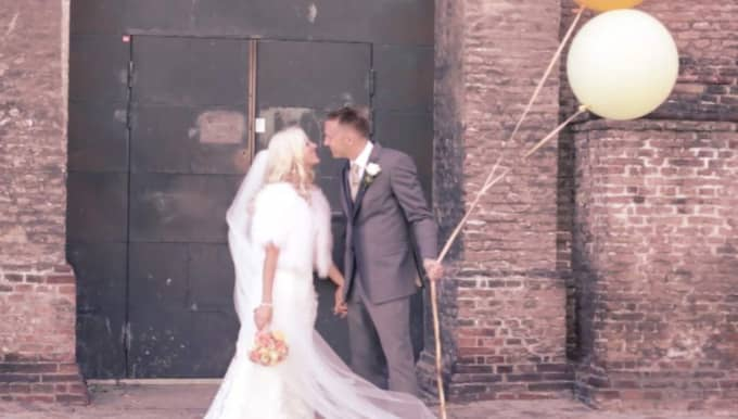 Fyra månader efter drömbröllopet i Konsthallen i Göteborg tittar Nathalie och Fredrik Roos fortfarande på sin bröllopsfilm flera gånger i veckan. Foto: Alexandra Kentsdottir