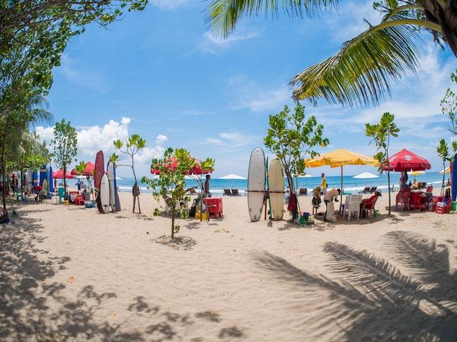 Myndigheterna på Bali, Indonesien, uppmanar turisterna att hålla sig minst sex kilometer från vulkanens krater.