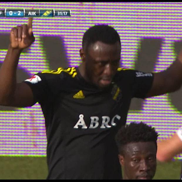 Här sätter Obasi två mål på två minuter