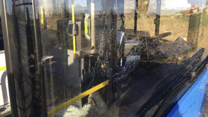 Bussens trasiga framruta. Foto: Polisen