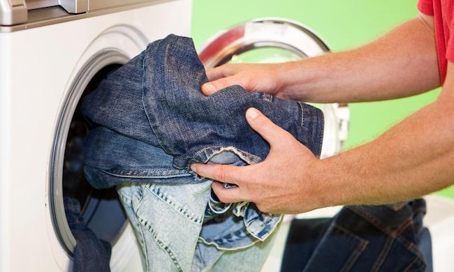 Brukar du bara pula in jeansen som de är i maskinen? Läs då detta...
