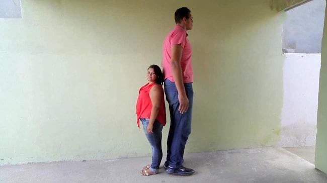 Den 230 centimeter långaJoelison Fernandes da Silva har nu hittat kärleken.