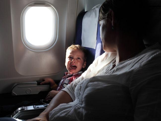 Barnfamiljer får oftast gå på först på flyget. Men ju kortare tid ombord desto bättre.