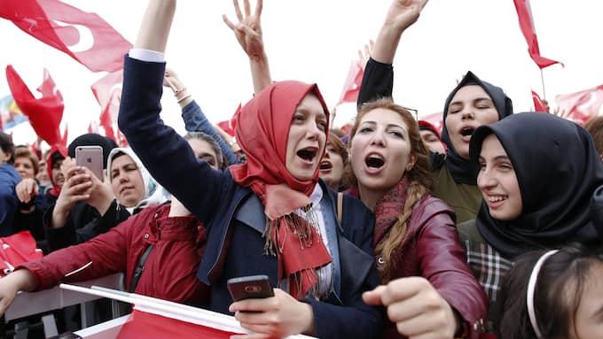 Erdogan-supportrar firar segern i folkomröstningen. Foto: TUMAY BERKIN / EPA / TT