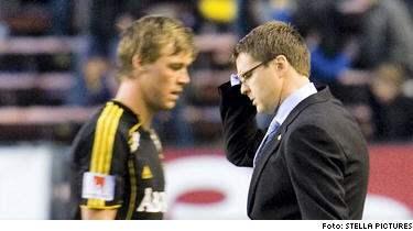Rikard Norling och David Sandberg deppar efter slutsignalen på Råsunda.