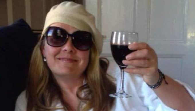 Hjälten Annica Gustafsson firar efter att ha hittat hunden Leia i sin fårhage. Foto: Privat