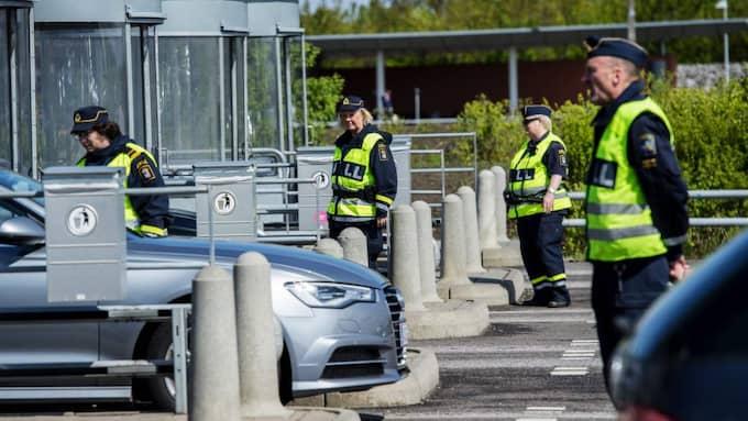 Tullen kontrollerar fordon vid Lernacken i Malmö. Foto: Christian Örnberg