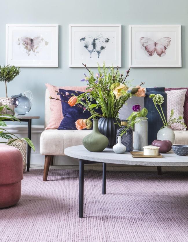 Inred vardagsrummet i vackra pastelltoner som rosa, turkos, grönt och lila. Möbler med svarta detaljer och vackra prints ger inredningen ett läckert uttryck. Fyll på med gröna växter och fina snittblommor som går i rummets färger.
