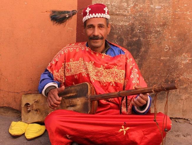 <span>På torget uppträder många musiker, akrobater, ormtjusare och spågummor.</span>