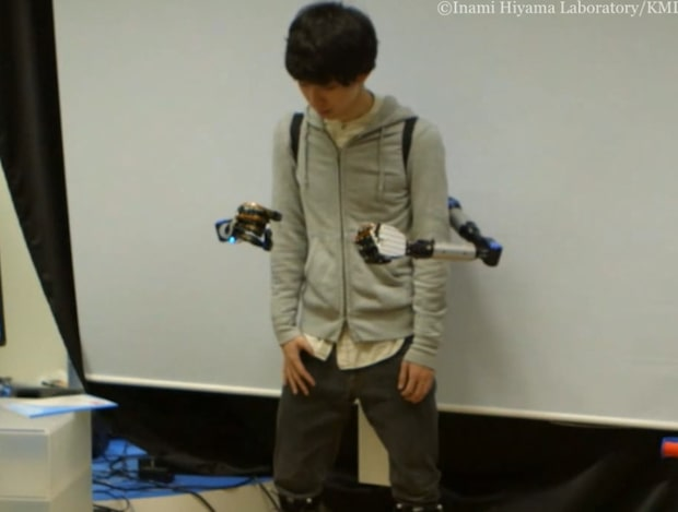 Ny japansk uppfinning - robotarmarna styrs med knän och fötter