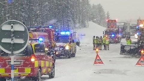En död i lastbilskrasch på E4