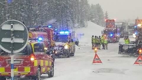 Två personer klämdes fast under långtradaren. Foto: Gobiten.se