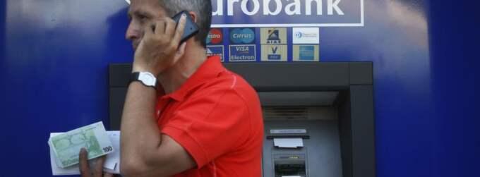 Allt fler greker tömmer sina konton av rädsla för att landat ska lämna eurozonen. Foto: Reuters
