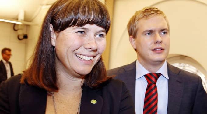 Gustav Fridolin och Åsa Romson, språkrör för Miljöpartiet, kommer allt närmare ett samarbete med regeringen - något som MP:s verkar gilla, enligt n ny opinionsundersökning. Foto: Cornelia Nordström