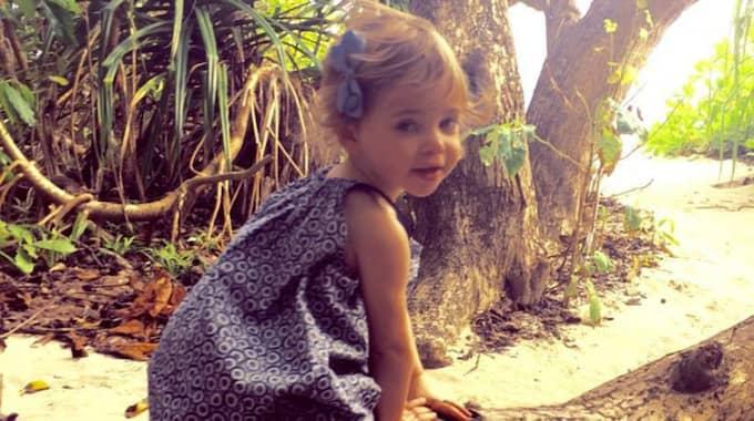 """""""Leonore är verkligen sockersöt! I den mönstrade klänningen och den matchande rosetten i håret ser hon ut att vara hämtad ur en klädreklam för barn"""", säger hon. Foto: Privat"""