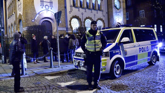 Poliser vaktade Malmö synagoga under Förintelsens minnesdag 2015. Foto: CHRISTIAN ÖRNBERG