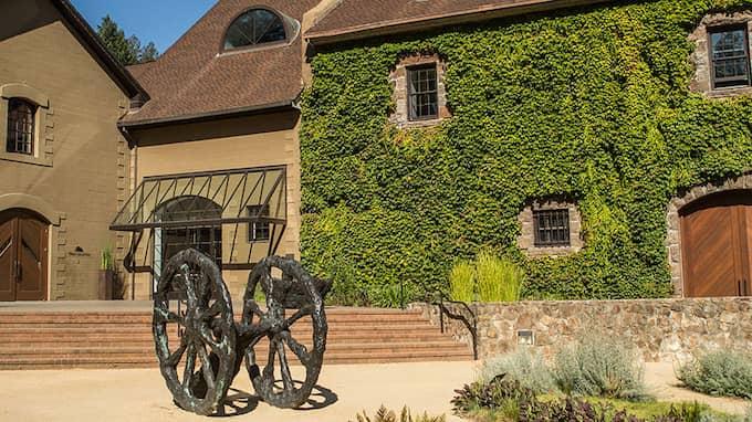 På den fashionabla vingården Hess Collection bjöds de kommunala bolagstopparna på vinprovning och guidad tur. Foto: Hess Collection pressbild