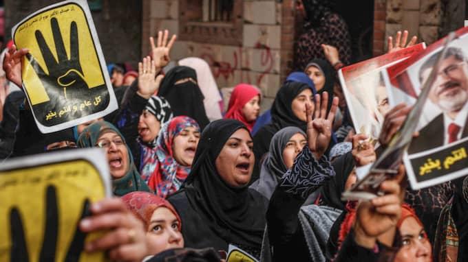 FICK MAKTEN - OCH STÖRTADES. Anhängare till Egyptens tidigare president Muhammad Mursi, som avsattes av armén 2013. Mursis Frihets- och rättvisepartiet grundades av Muslimska brödraskapet efter revolutionen 2011. Foto: Hesham Elkhoshny / AP
