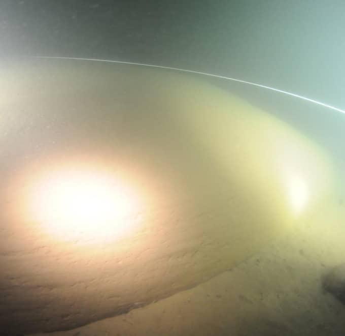 Provsvaren som visar att en del av cirkeln är metallisk delar forskarna i två läger. Foto: OCEAN X TEAM