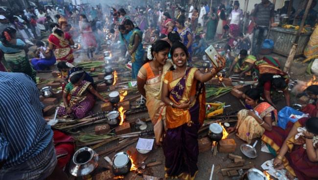 <span>En kvinna tar en selfie på en festival i Bombay.</span>