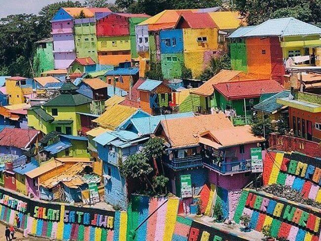 Kampung Pelangi på ön Java i Indonesien går knappt att känna igen efter ommålningen.